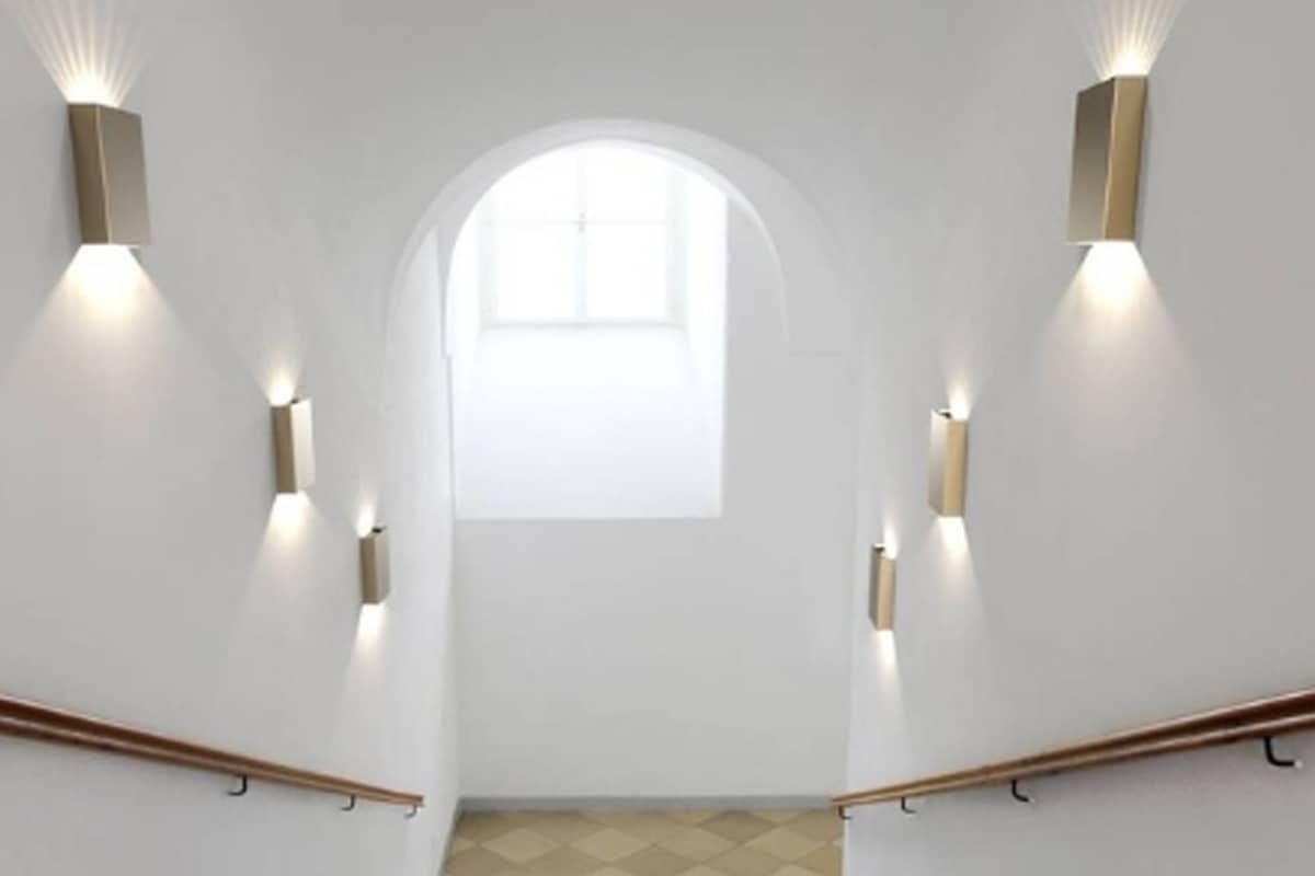 Serie wandlampen in trapopgang